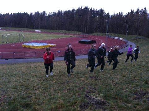 LØFT: TB Aktiv-gjengen var denne uken blant annet gjennom høye kneløft opp skråningen ved Greveskogen. Fra venstre: Trine Elverum, Susanna Söderman, Janne Bjergli, André Myrbråten, Hanne Sandum Larsen, Gro Ness og Kathy Fagerstrøm. Foto: Reidar Lindqvist