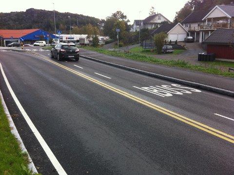 Her stanser bussen få meter før trafikkøya ved rundkjøringen.
