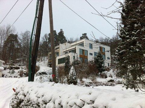 En feil har gjort at dette bygget nå står for nærme naboen. Foreløpig er det uvisst hvordan problemet skal løses.