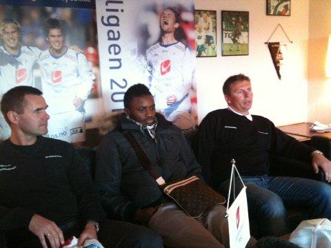 Sportssjef Asbjørn Helgeland (t.v) og trener Jostein Grindhaug (t.h.) presenterte Umaru Bangrua som ny FKH-spiller i dag.