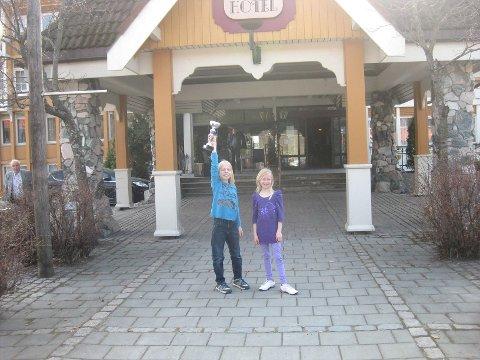 Benjamin Imsrud sammen med søsteren Malin, som fikk tredjeplassen i sin klasse. Foto: Vera Høisteth