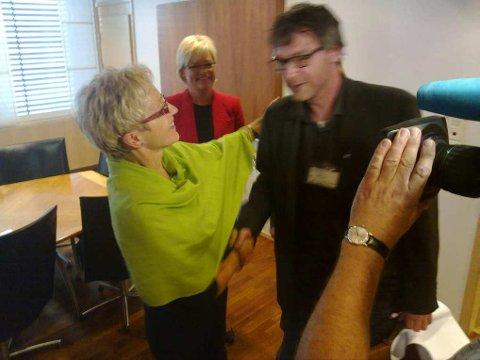 Ordfører Bersvend Salbu ble gratulert av Komunalminister Liv Signe Navarsete og Kunnskapsminister Kristin Halvorsen med at Tynset nå får sentralmagasinet.