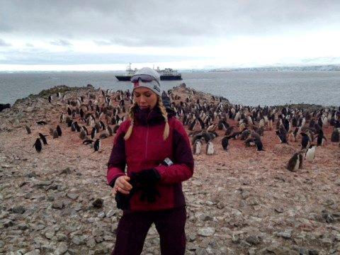 Her er Gunhild blant pingviner i Antarktis