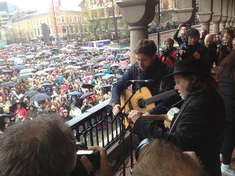 Lillebjørn Nilsen var forsanger da Barn av Regnbuen ble sunget i dag..