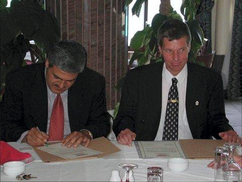 Ble venner i 2002: Vennskapbyavtalen mellom Hamar og Khan Younis ble undertegnet av ordfører i Khan Younis, dr. Osama al-Farra og Stein Frøysang i juni 2002.Foto: Privat