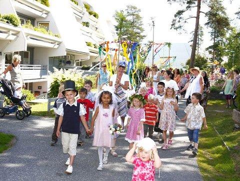 Brudefølget fra Vevelstadåsen barnehage gikk rundt på det blå feltet. Maja og Emil gikk først av de fire brudeparene.Foto: STIG PERSSON