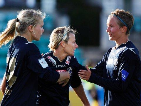 TOMÅLSSCORER: Kristy Moore (i midten) scoret to mål da Stabæk vant 4-0 over Trondheims-Ørn i cupen. Her gratuleres hun av Ada Stolsmo Hegerberg (til venstre) og Ida Elise Enget. FOTO: TORE GURIBY