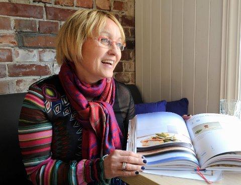 Anne Gro Innstrand vokste opp ved kjøkkenbenken, da faren Dagfinn Innstrand var lærer ved kokk- og stuertskolen. Nå gir hun ut sin egen kokebok.  foto:  Atle Møller
