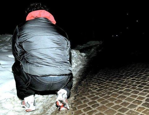 22-åringen fra Råde lot seg intervjue av Fredriksstad Blad i februar 2009 mens han var på rømmen fra politiet. Nå sitter han i varetekt bak åtte meter massiv murvegg i Halden fengsel, står tiltalt i Moss tingrett og venter på nok en dom. Tiltalen denne gang er på åtte sider og inneholder 16 punkter med til sammen 40 poster.