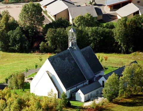 NYTT FORSLAG: Det kan bli opparbeidet 1.250 urnegravplasser ved Lommedalen kirke. FOTO: KARL BRAANAAS