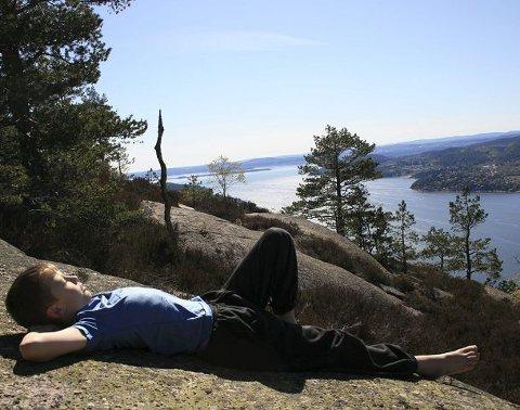 Daniel Nærø Holmsen nyter roen og utsikten ved Himmelvannet.