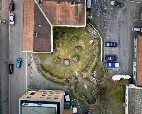 Olavskirkens ruiner sett rett ovenfra. – Anlegget her har vært et fungerende kloster med flere bygninger. I kjelleren på biblioteket ser man rester av det og under graving av fjernvarmekabelen, fant man det som kanskje var brygga til klosteret og kirken, sier Eivind Luthen. Olavskirken sto i ruiner i 1532 etter å hatt sin storhetstid fra 1100. Så kom reformasjonen til Norge i 1536-1537. Da var kirkeeventyret over.