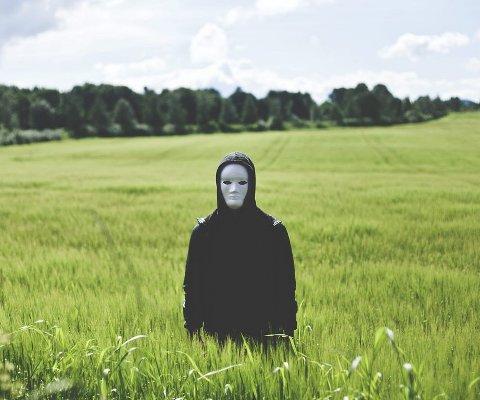ALDRI UTEN: Autolaser går aldri på scenen uten maske. I sommer kan du oppleve hans dansemusikk på Kaldnes under Slottsfjellfestivalens Kastellnatt. Autolaser kommer med plate i løpet av våren. Foto: Privat