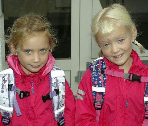 Tvillingene Angelica (fra v.) og Athina Kagiaras har stilt opp utenfor inngangen til klasserommet etter å ha blitt ropt opp av rektor.