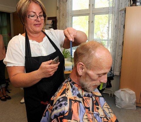 Frisør Elisabeth Egeland jobbet også gratis for brukerne, og ga Knut Lørendal «nytt» utseende på spadagen.