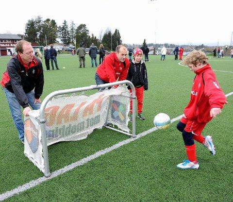 Med tre spillere på hvert lag og små baner, er det duket for mye balltouch på hver enkelt. Ole Pedersen (f.v.), Jarle Aagaard, Petter Aagaard og Brede Stavrum er spente, men gleder seg til SBIs nye fotballturnering 19. og 20. mai. FOTO: ATLE MØLLER