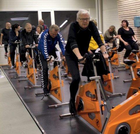 Etter tre aktive måneder har flere av deltakerne begynt å kjenne på småskader. For Kjell Johnny Thomsen (foran, i sort) har et stressbrudd i kneet medført noen uker med alternativ trening. Her fra en treningsøkt på Bakkenteigen.