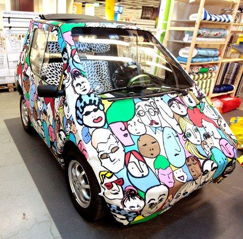 MÅTTE GÅ: Varehussjef Jacobsen måtte ta bena fatt for å komme seg til arbeid, etter at bilen hans ble tekstilert. FOTO: TRINE JØDAL
