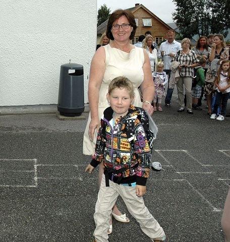 Nybakt førsteklassing Erik Kristiansen har akkurat hilst på rektor Karen Tone Børsum.