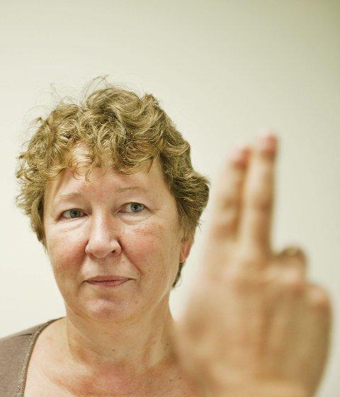 FOKUS: Øyne følger finger-bevegelser. Pasientens evne til å holde fokus måles.    FOTO: FREDRIK VARFJELL