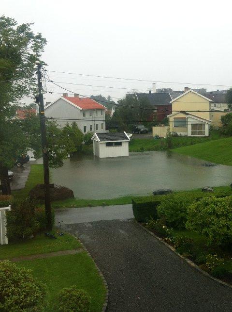 """I dag har beboerne i Rektor Steens Gate i Haugesund fått et stort """"svømmebasseng"""" i nabolaget."""