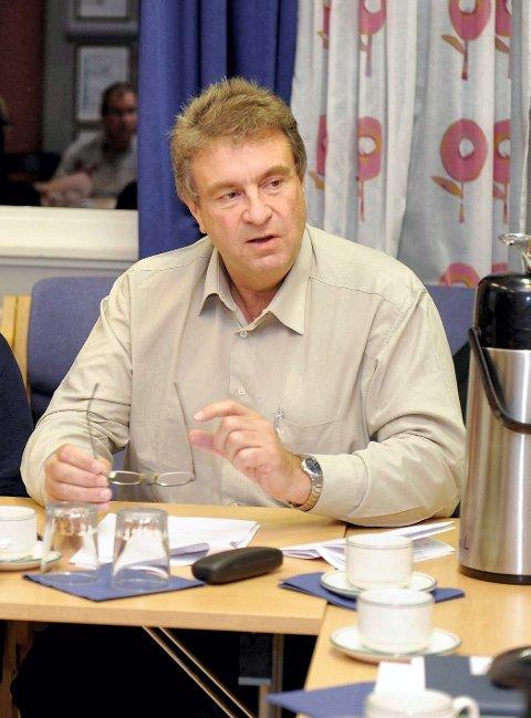 Anders Hansen i Sandefjord Høyre taler sin ordfører midt imot, og ber Bjørn Ole Gleditsch informere om hva som er årsaken til rabalderet rundt Alf Reidar Fjelds avgang på Torp. FOTO: ATLE MØLLER