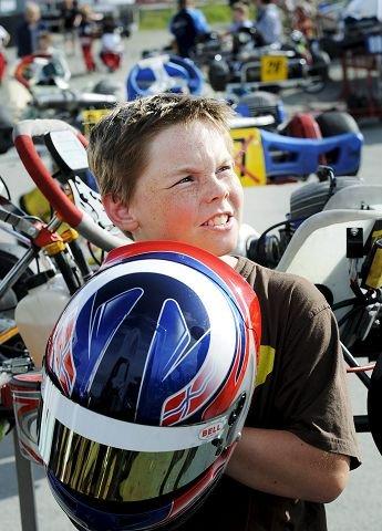 Gullik Røren Dahlen har fått tak i hjelmen til fjorårsvinneren.