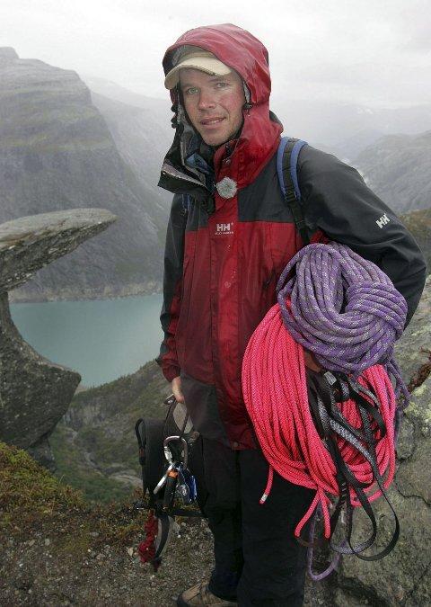 ATTRAKSJON: Klatrer og turarrangør Jostein Soldal tror trafikken til Trolltunga bare vil øke og øke – selv om Bergen Turlag nektes å bygge ny turisthytte i området. ARKIVFOTO: KAI-INGE MELKERAAEN