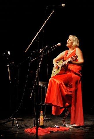 Med gitaren i fanget og Evert Taubes tekst og melodi både overrasket og imponerte verdensstjernen Solveig Kringlebotn publikum i Kolben mandag kveld.  begge FOTO: AMUND LÅGBU