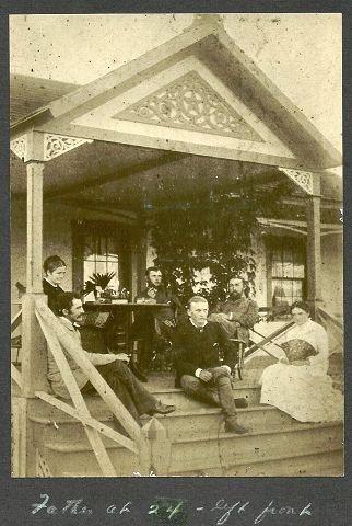 Hjemkomst. Dette bildet er tatt i 1880 når Hans Peter Faye ankommer Kauai etter reisen fra Norge i 1880. Hans Peter Faye sitter til venstre foran med mørkt hår og bart, mens fetteren Anton Faye sitter ved siden av han på trappen. De andre personene på bildet er Antons fremtidige kone Sophie Borchevinck og hennes familie. Foto utlånt av Christine Faye