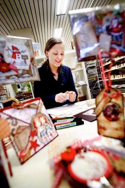JULEKOS: – Å lage julekort selv er både hyggelig og avslappende, mener Ida Melby som jobber i hobbybutikken Steffens, og som i likhet med mange andre kortlagere legger sine verk ut på egen blogg. (FOTO: Carl Martin Nordby)