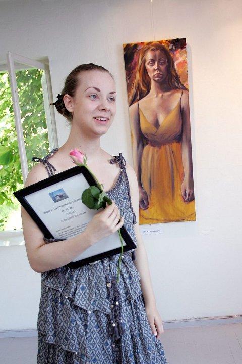 – Det er helt snålt og både se bildene mine henge her, og at jeg vant, fikk Eline Steen Johansen frem før tårene truet med å renne. Bak henger bildet «Selvportrett». ALLE FOTO: CHRISTINE HEIM