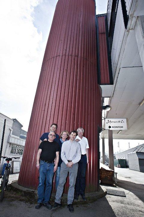 LEDERGRUPPA: Bak fra venstre: Espen Mathiesen (Avdelingsleder, produksjon), Anne-Grethe Skjolden (Leder for planlegging), Tor Kr. Johansen (Daglig leder), Alf Ingum (Økonomisjef) og Tor Oppegård (Salgssjef).<B><I><U></B></U></I>
