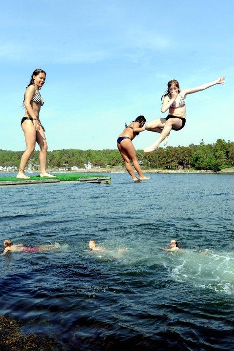 På Asnes er vannet 16 grader varmt. Det synes disse jentene absolutt er bra nok for å bli våte i håret. Foto: Per Langevei