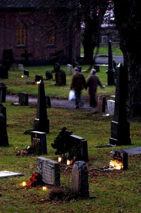 Kirkegårdsleder Hans Kristian Amundsen ved Nøtterøy kirke har siden i vår fått flere henvendelser om tyverier av gravdekor. Det er ikke dyre ting som blir stjålet, men det dreier seg om stor verdi rent følelsesmessig.