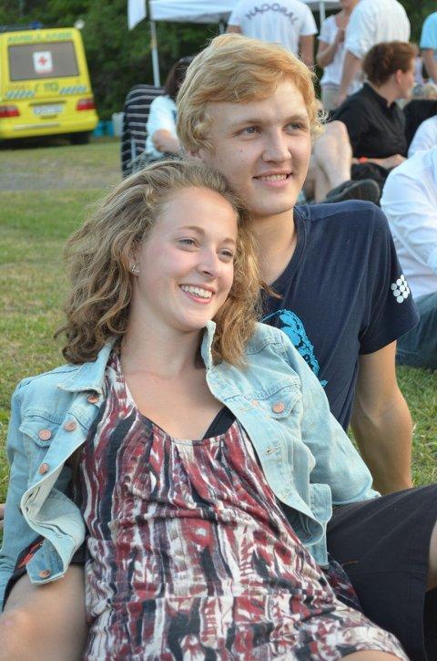 Kjæresteparet André Skoog og Emilie Blich fra Oslo, har begge hytte i Kjerringvik. De mener sammen-setningen av DeLillos, konsert ved havet og fint vær gjør sommer- kvelden perfekt. Foto: Natalie Remøe Hansen