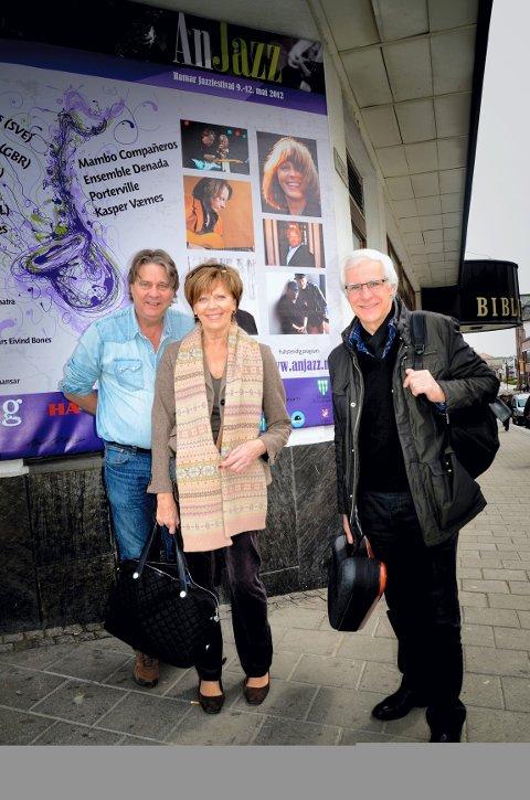 Lill Lindfors med band ble varmt tatt imot i Hamar teater onsdag kveld og satte stor pris på kontakten med publikum gjennom to timer med jazzglede under åpningen av årets Anjazz. Mats Norrefolk til venstre. Héctor Bingert til høyre.