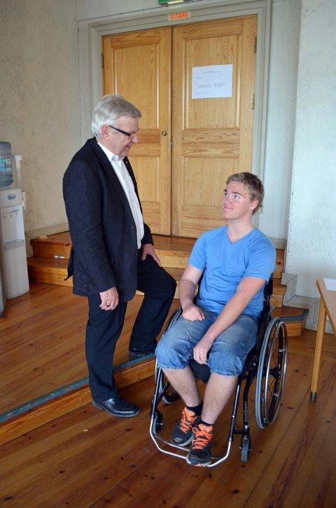 Ordfører Erik Hanstad (H) synes det er ille at Amund Rotbakken Gundersen (13) fra Elverum må bæres inn i kommunestyresalen når han skal delta på møtene i barn og unges kommunestyre.