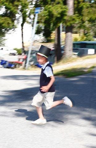 Emil haster tilbake til toget etter en hastig tissepause, et kjent fenomen hos brudgommer.Foto: STIG PERSSON