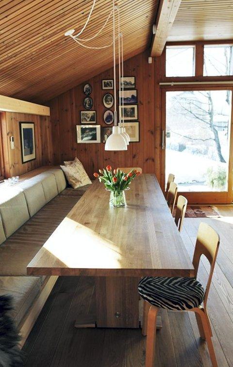 SPISEPLASS: Gunnar har lagd en benk langs veggen. Bordet er ogs? hans ...