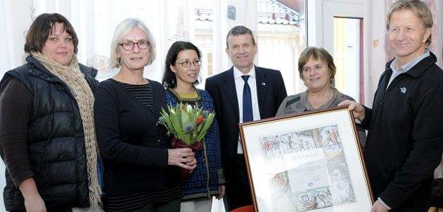 FYRTÅRN: Kragerø rådhus er miljøsertifisert. Fra venstre Gry Nilsen, Lise Bjørvik, Elke Karlsen, ordfører Kåre Preben Hegland, Randi Skauen og sertifisør Roger Teigen fra Bamble kommune.