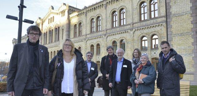 Tverrpolitisk for arkiv: Tynsetordfører Bersvend Salbu hadde med seg Berit Norseth Moen (H) ordfører i Folldal Egil Eide (Sp), Morten Sandbakken (Ap), ordfører i Os, Arnfinn Nergård (Sp), Merete Myhre Moen (Sp), tidligere stortingsrepresentant for Hedmark KrF, Åse wisløff nilssen, og Kjetil Lorentzen (KrF) til Stortinget i går.alle foto: Tore S. Rasmussen