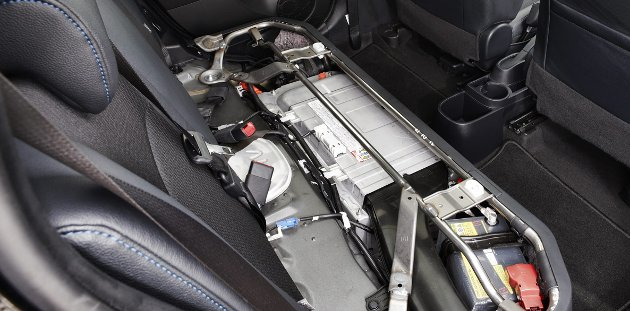 Batteripakken ligger under baksetet.
