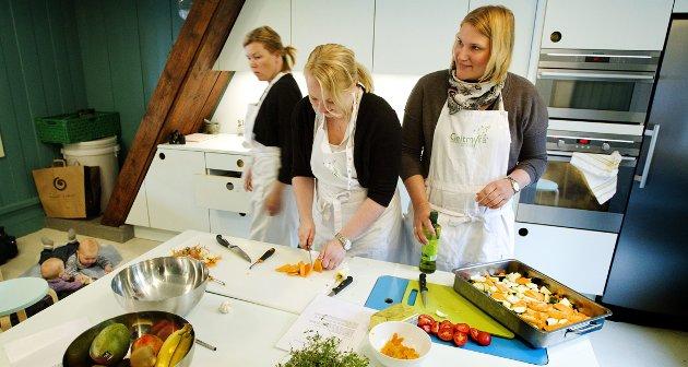 Mona Henriksen, Louise Johansson og Jessica Engström lager kyllingsuppe på «Tidlig matglede».