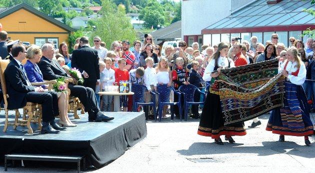 Kongen og dronningen mottok en gave fra Andebu kommune: Et Døvleteppe/Andebuteppe.