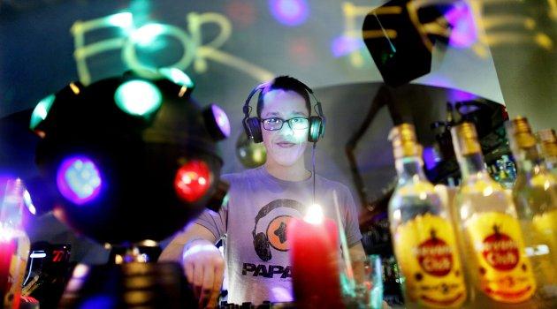 Henrich Tóth, DJ på utestedet Remix, har oversikt over Michalská, hovedgata i Bratislavas gamleby.