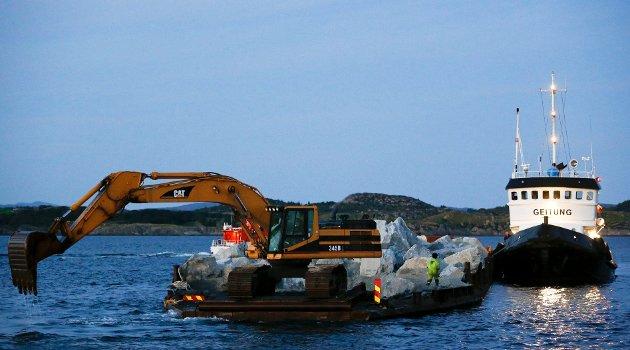 Her er lekteren og slepebåten på vei inn til havn i Kopervik.