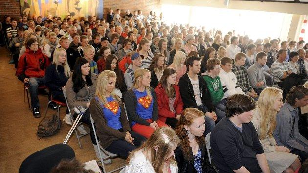 Kronprins Haakon snakket først foran 250 elever i aulaen, før han ble med en av klassene til samtaleøkt om verdighet.
