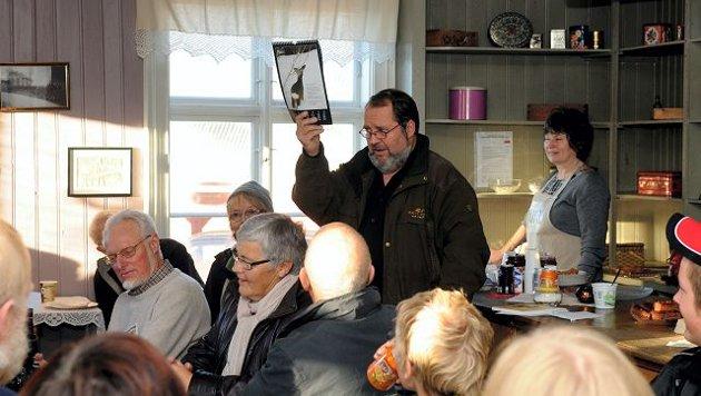 Tore Hesbråten leste egne dikt og imponerte i stinn brakke på Tjura-torget da litteraturfestivalen arrangerte stand up-poesi. Folk stortrivdes. (Foto: Sverre Viggen)