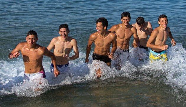 Disse gutta nyter fridagene på stranda i Naxos.